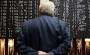 Un trader observe les cours de la Bourse de Madrid le 10 mai 2010