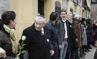 """Un millier de personnes forment une """"chaîne de la paix"""" autour de la synagogue de Copenhague, un mois après le meurtre d'un Juif danois à cet endroit, le 14 mars 2015"""