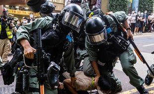 La police arrête un manifestant le 1er juillet 2020 à Hong Kong.