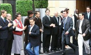 """Nicolas Sarkozy est """"parti pour deux-trois jours"""" lundi à la mi-journée, au lendemain de sa victoire à l'élection présidentielle. M. Sarkozy, sa femme Cécilia et leur fils Louis sont ensuite partis, à bord de deux voitures différentes, pour une destination inconnue."""