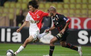 L'attaquant de l'AS Monaco, Park (à g.) face au défenseur du RC Lens, Chelle, lors d'un match de L1 le 18 octobre 2009 au stade Louis II de Monaco .