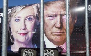 Les portraits d'Hillary Clinton et Donald Trump sur un camion de CNN.