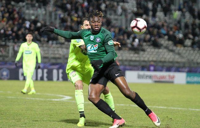 Messi Yagousseti, l'avant-centre du FC Sète, a souvent pris l'avantage sur les défenseurs du Losc en 16e de finale de la Coupe de France