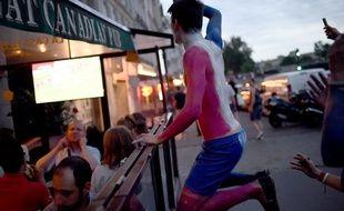 Un supporter devant un bar à Paris