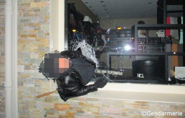 Le cambrioleur est resté coincé dans la vitrine