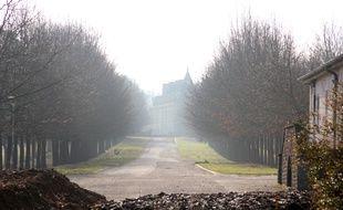 La route principale montre l'étendue du domaine. Au loin le château.