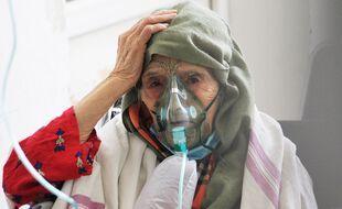Une femme tunisienne infectée par le coronavirus COVID-19 reçoit de l'oxygène à l'hôpital Ibn al-Jazzar de la ville de Kairouan, dans le centre-est, le 4 juillet 2021.