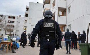 Photo prise le 12 janvier 2012 de policiers lors d'une opération de lutte contre les trafics de drogues et d'armes dans la cité Bassens, dans les quartiers nord de Marseille.