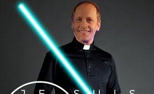 Un prêtre lyonnais a pris la pose avec un sabre laser sur une photo postée sur twitter à la veille de la sortie du nouveau Star Wars.