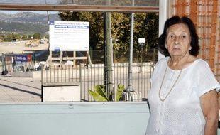 Jeanne Venturino pose devant une fenêtre de sa maison menacée d'expropriation à Nice, le 23 septembre 2015