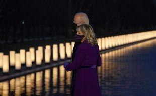 Joe et Jill Biden, mardi soir, rendant hommage aux morts et mortes du Covid-19.