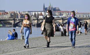 Des personnes masquées à Prague le 31 mars 2021.