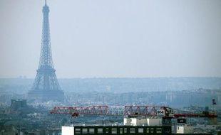 La tour Eiffel dans un nuage de pollution à Paris, le 27 mars 2014