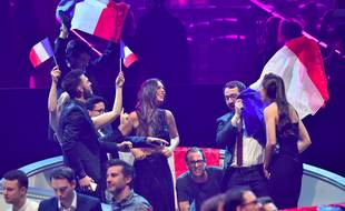 La délégation française, avec Alma, dans la Green room lors de la finale de l'Eurovision à Kiev, le 13 mai 2017.