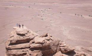 Des touristes sur une falaise près de Riyad, en Arabie saoudite, le 30 avril 2016