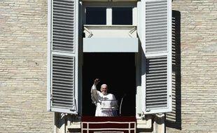 Le pape François salue la foule sur la place Saint-Pierre au Vatican le 8 novembre 2015