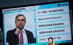 Un écran géant diffuse un programme d'informations où apparaît Carlos Ghosn, le 9 janvier 2020 à Tokyo.