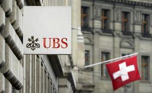 Le régulateur des banques suisses a pris l'initiative exceptionnelle d'imposer à l'UBS, la première banque du pays, d'accroître de 50% le montant de ses actifs jugés à risque en raison des contentieux juridiques en cours.