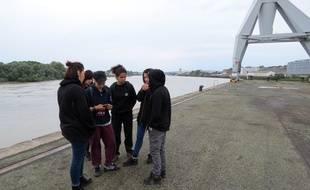 Des amies de Steve, porté disparu, cherchent des indices sur le quai Wilson à Nantes.