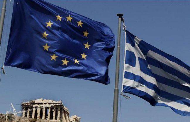 Les drapeaux de l'Union européenne et de la Grèce près du Parthénon (Athènes) en juillet 2011.