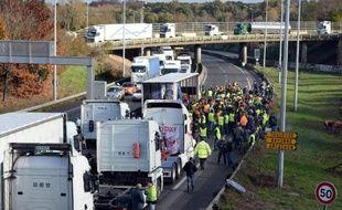 Les chauffeurs routiers français ont mobilisé samedi contre l'écotaxe plusieurs milliers de leurs camions qui ont perturbé la circulation sur plusieurs grands axes, tandis qu'un collectif indépendant prévoit déjà d'autres actions lundi.