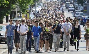 Des centaines de personnes ont participé à une marche silencieuse en hommage à la famille Dupont de Ligonnès, le 26 avril 2011 à Nantes.