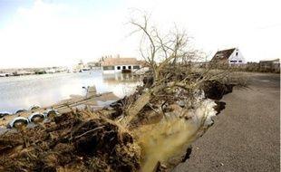 Les vents violents, conjugués à des coefficients de marée élevés, ont dévasté le littoral.