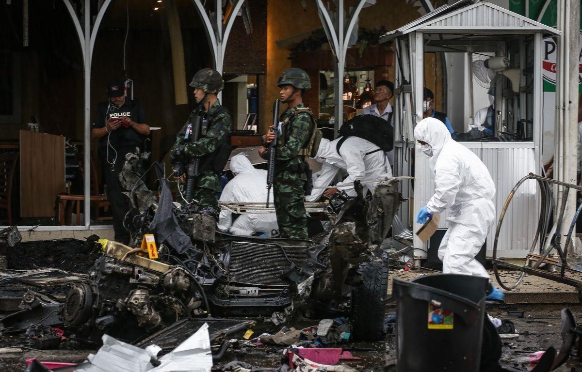Les forces de l'ordre thaïlandaises inspectent les débris après l'explosion de 2 bombes près d'un supermarché à Pattani (Thaïlande), qui ont fait blessés, le 9 mai 2017.   – TUWAEDANIYA MERINGING / AFP