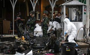 Les forces de l'ordre thaïlandaises inspectent les débris après l'explosion de 2 bombes près d'un supermarché à Pattani (Thaïlande), qui ont fait blessés, le 9 mai 2017.