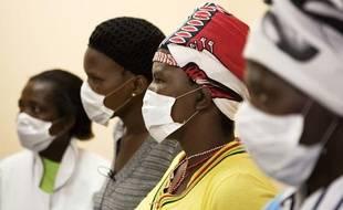 Des patients atteints du sida et de la tuberculose portent des masques en attendant une consultation dans une clinique du Cap, en Afrique du sud, en février 2010.