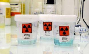 Illustration de produits radioactifs dans un laboratoire.