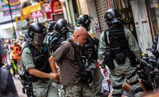 Des policiers arrêtent un manifestant à Hong Kong, le 1er juillet 2020.