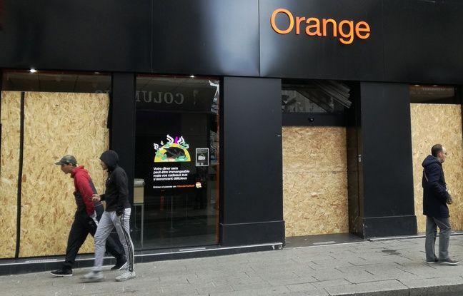 Après les pillages de samedi, certains magasins à Saint-Etienne ont dû installer des planches de bois pour éviter d'autres intrusions.
