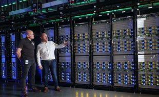 Mark Hunter (droite), manager du data-center, et Niall McEntegart (gauche), directeur des opérations, dans le data-center de Clonee, en Irlande, en septembre 2018.