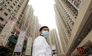 """Il y a dix ans, le quartier d'Amoy Gardens à Hong Kong devenait une """"ville fantôme"""" : ses habitants reclus mouraient l'un après l'autre, victimes d'une pandémie de pneumonie atypique qui se répandit comme une traînée de poudre dans le monde."""