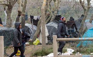 Des migrants marchent près de leur camp à Calais, le 23 octobre 2014.