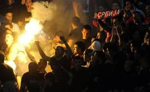 Un joueur serbe a été blessé à l'oeil par une fléchette qui visait en fait un joueur croate, a-t-on appris auprès de l'encadrement croate à l'issue de la demi-finale du Championnat d'Europe de handball entre la Serbie et la Croatie, vendredi à Belgrade.