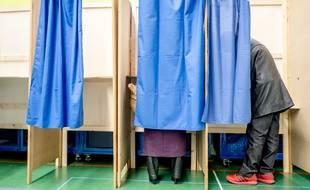 Des personnes votent pour la primaire à droite le 20 novembre 2016 à Lyon