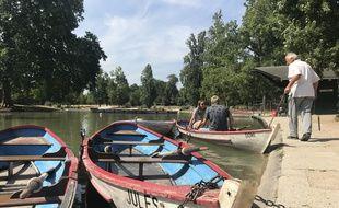 Le lac Daumesnil, on peut courir autour, on peut aussi y naviguer.