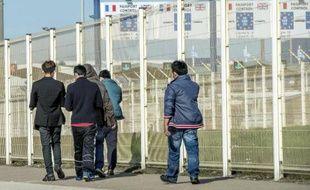 Des migrants passent près du terminal des ferries à Calais le 5 août 2014