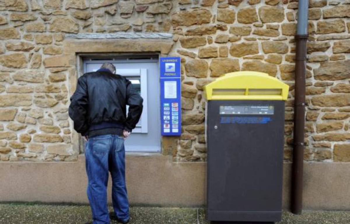 Jusqu'alors, les habitants de Chessy-les-Mines, village de quelque 1.600 âmes, devaient en effet faire près de cinq kilomètres pour trouver le distributeur le plus proche, a-t-il ajouté. Et seuls les titulaires d'un compte à La Banque postale pouvaient retirer de l'argent sur place, aux horaires d'ouverture du guichet. – Philippe Merle AFP