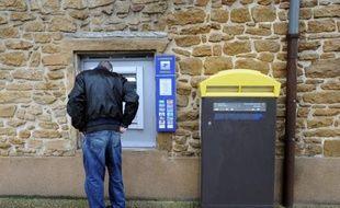 Jusqu'alors, les habitants de Chessy-les-Mines, village de quelque 1.600 âmes, devaient en effet faire près de cinq kilomètres pour trouver le distributeur le plus proche, a-t-il ajouté. Et seuls les titulaires d'un compte à La Banque postale pouvaient retirer de l'argent sur place, aux horaires d'ouverture du guichet.