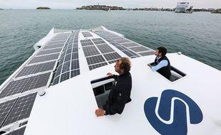 Jérôme Delafosse et Victorien Erussard à bord d'Energy Observer ce lundi matin à Saint-Malo.