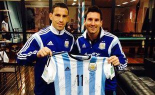 Maxi Rodriguez et Lionel Messi posent avec le maillot offert au pape.