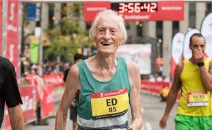 A 85 ans, il détruit le record du monde du marathon et garde la pêche