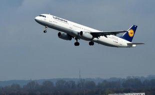 Un avion de la compagnie Lufthansa quitte l'aéroport de Duesseldorf en Allemagne, le 26 mars 2015
