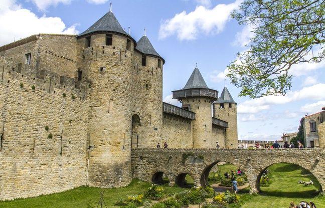 deux touristes chutent des remparts de carcassonne. Black Bedroom Furniture Sets. Home Design Ideas