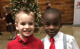 Du haut de leurs 5 ans, Jax (à gauche) et Reddy (à droite) sont amis et pensent que seuls leurs cheveux les différencient. (Photo postée le 24 février 2017)