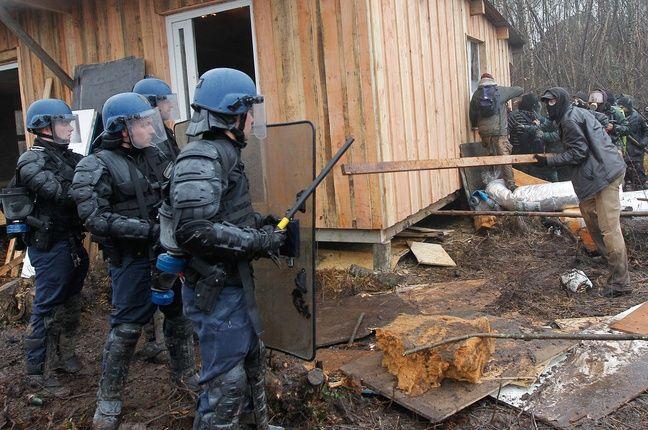 Evacuation des maisons fabriquées par les squatters manifestant contre le projet d'aéroport en octobre 2012.