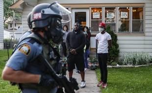 Un policier contrôle un quartier de Minneapolis après des émeutes consécutive à la mort d'un homme noir, tué par un policier blanc, le 29 mai 2020